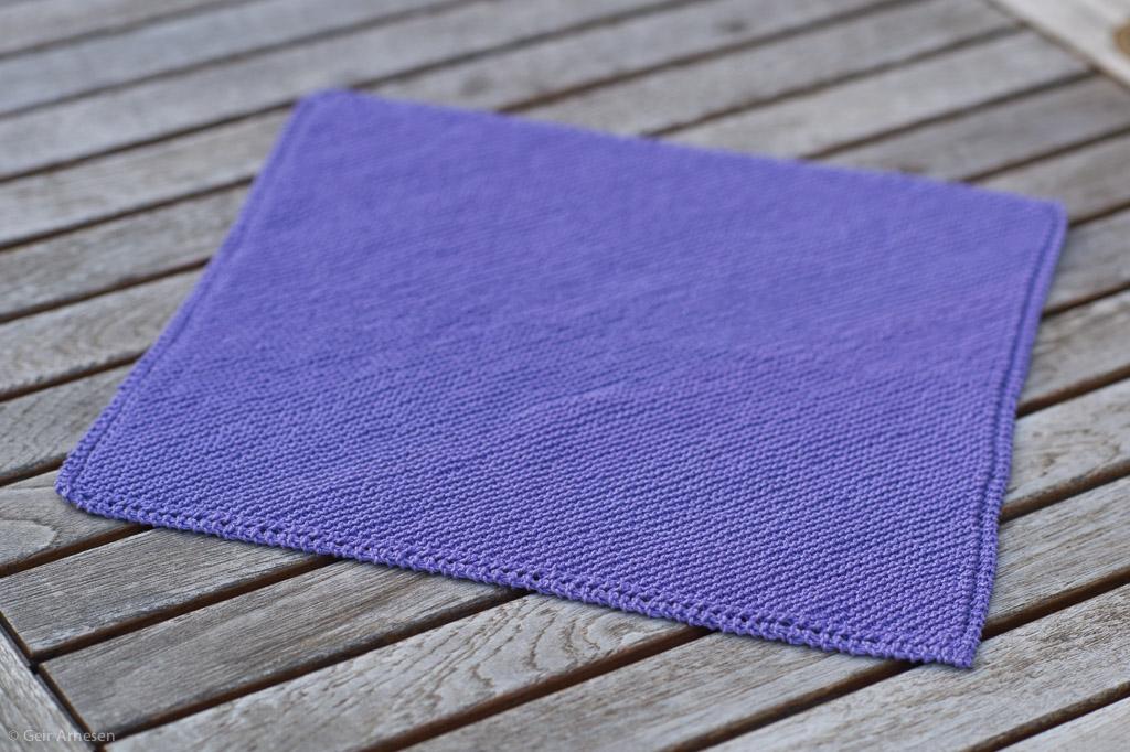 Sommerhåndarbeid klutstrikk, strikket fra hjørne til hjørne eller et teppe til Amandaprosjektet ?