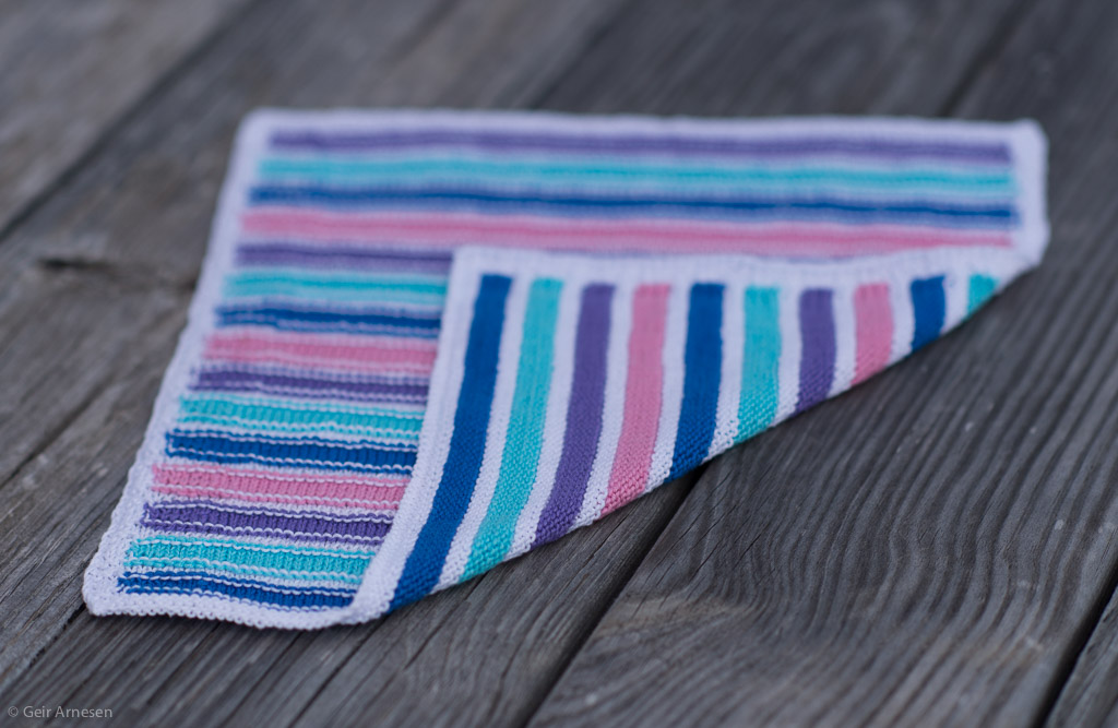 Strikket hvit, rosa, lilla, turkis og blå resteklut, oppskrift nr. 8