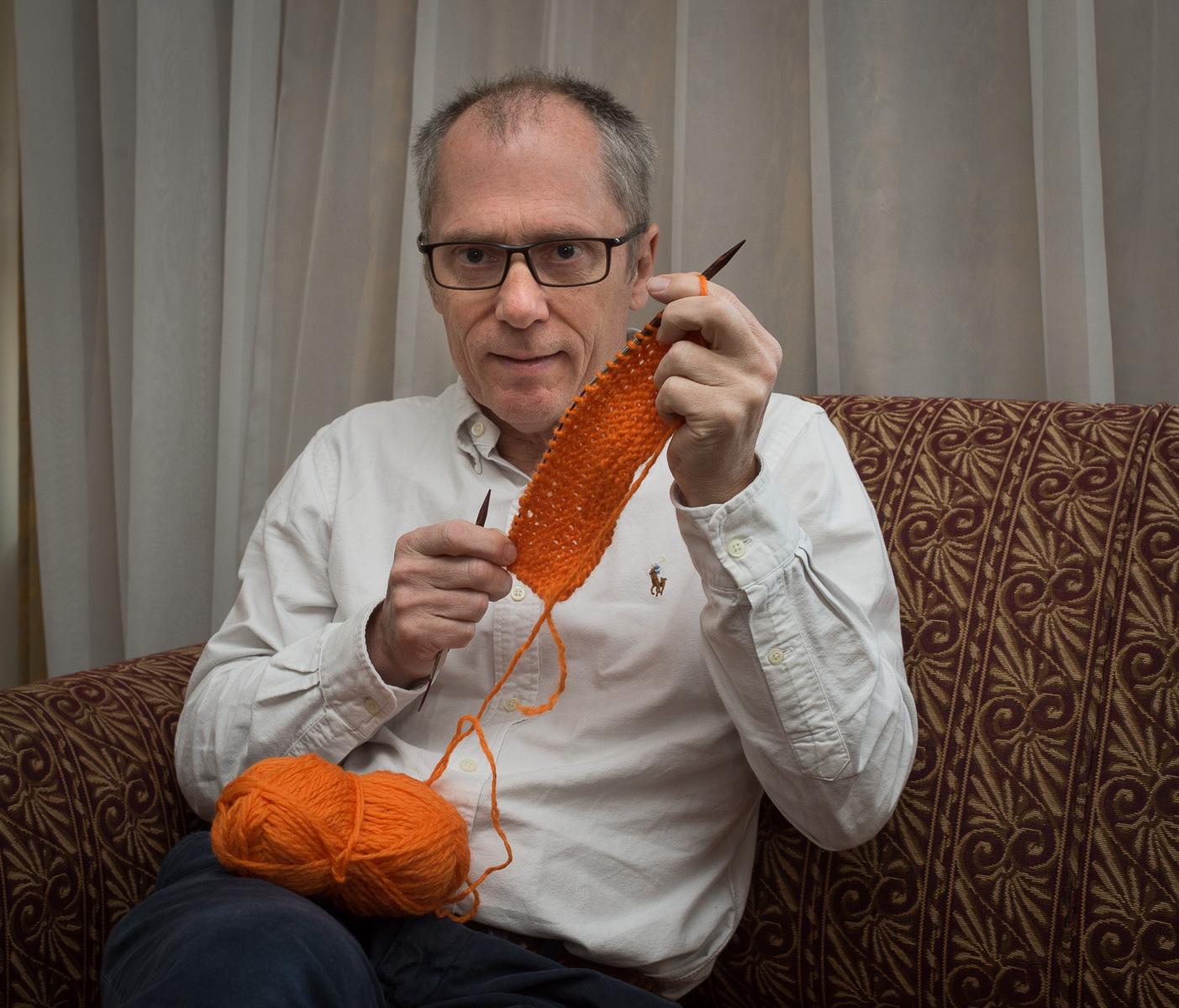 Geir strikker skjerf «Gled en som gruer seg til jul» – Kirkens Bymisjon